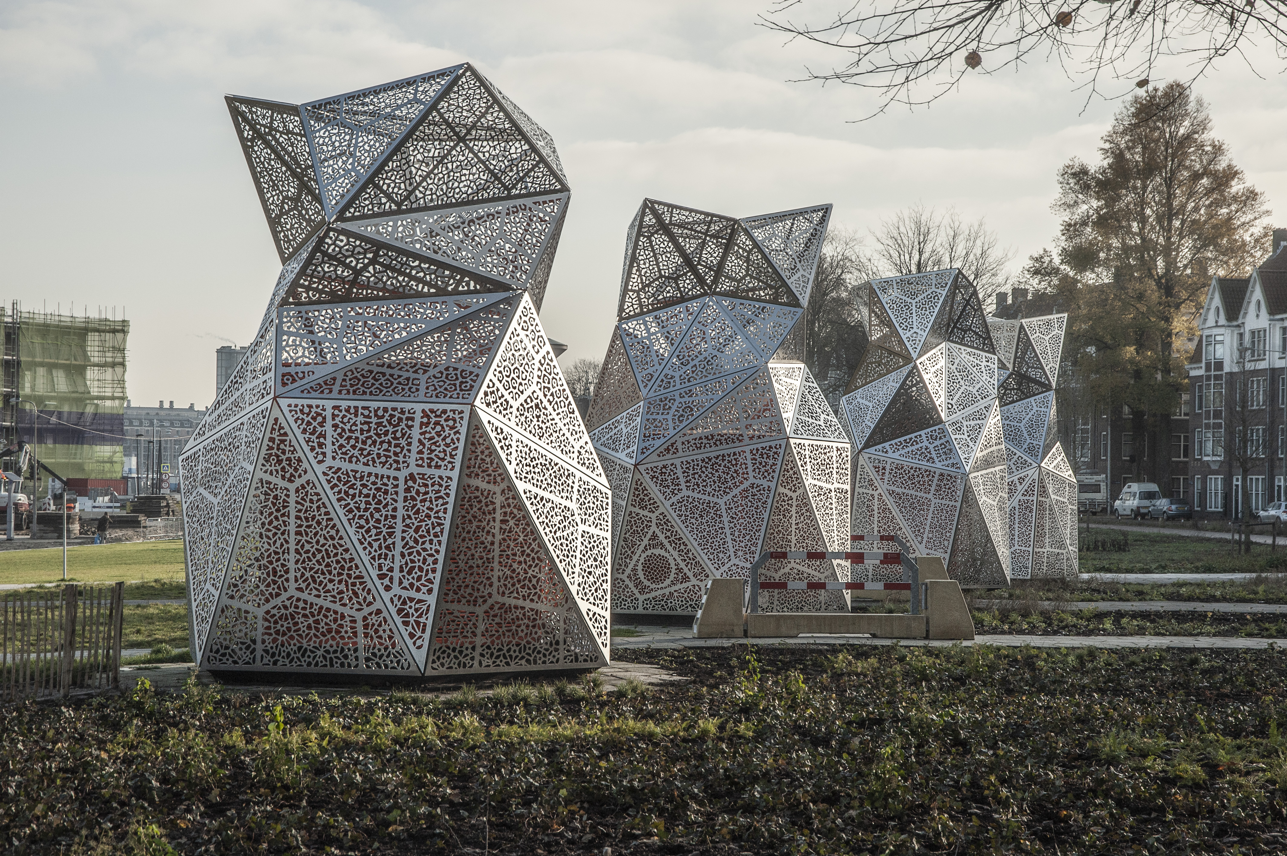 Sculpturale architectuur van Studio Tjep in Amsterdams park