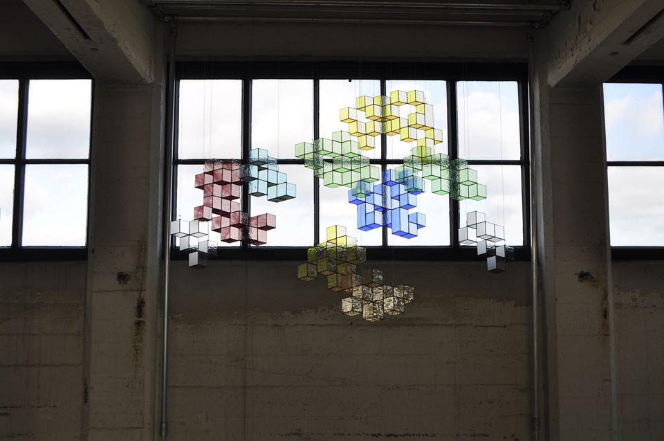 Geometisch glaswerk van Debora Klop en haar label Velowa