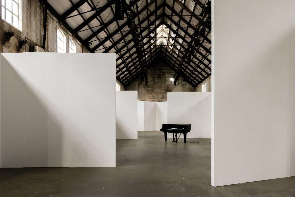 Unknown Architects gebruikt vier utopische stadsplannen voor interieur van kunstbeurs Unfair