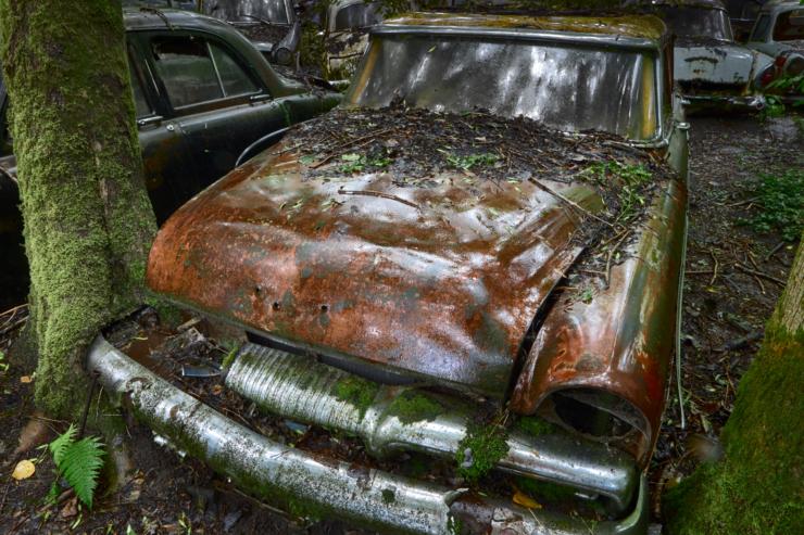 Verlaten autokerkhof wordt verstilde filmset door lens van fotoduo Erik & Petra Hesmerg