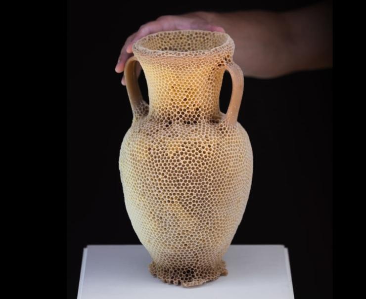 De fragiele amforen van Tomáš Libertíny groeien door co-creatie met een bijenvolk