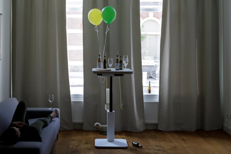 Multifunctionele 'Tiny table' is zit-sta werkplek én bijzettafeltje voor de woonkamer